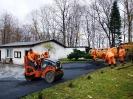 25.11.2013 - naprawa asfaltu przed kościołem